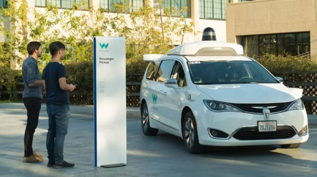 Waymo为无人驾驶汽车重新引入安全驾驶员