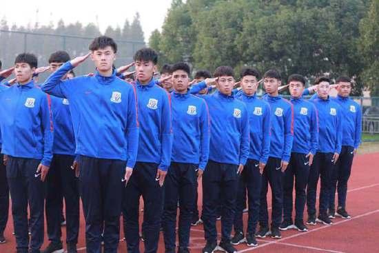 申花U19梯队组织军训 早7点起床晚上看新闻联播