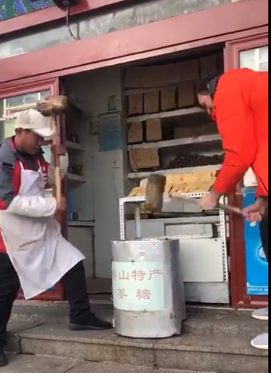 山东莫政委休假爬泰山:做杂粮煎饼 被路人量身高