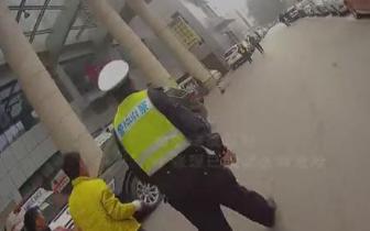 """工友施工不慎划破动脉血管 九龙坡警方上演""""生死时速"""