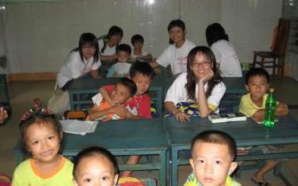孝感市副市长吴婕到赵棚大合小学看望留守儿童