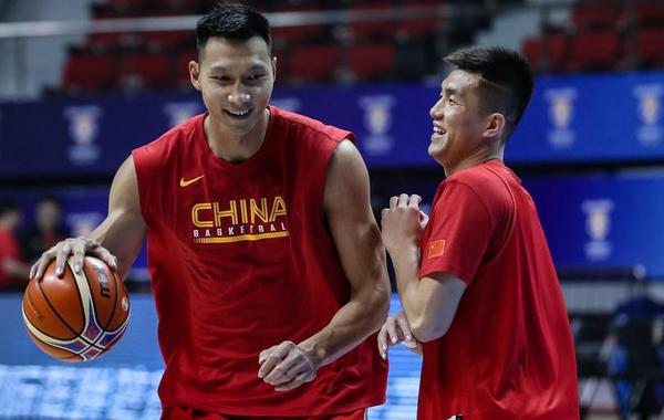 中国男篮备战训练 易建联背身单打郭艾伦