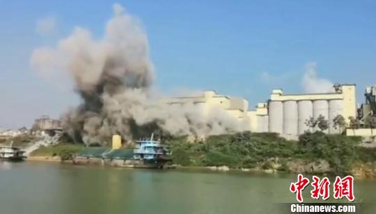 广西一大桥附近腾起巨大蘑菇云官方:粉尘泄漏形成巨大烟团