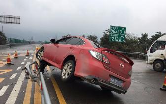 """小车""""骑上""""高速隔离栏 竟是因为司机低头做这事"""