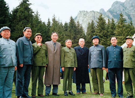 1981年8月,司马义·艾买提(右二)等陪同邓小平等领导人在新疆乌鲁木齐县东风公社视察工作时合影。图/新华