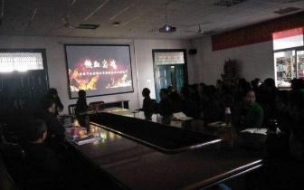 潜江市网络新闻中心组织全体党员观看《铁血忠魂》
