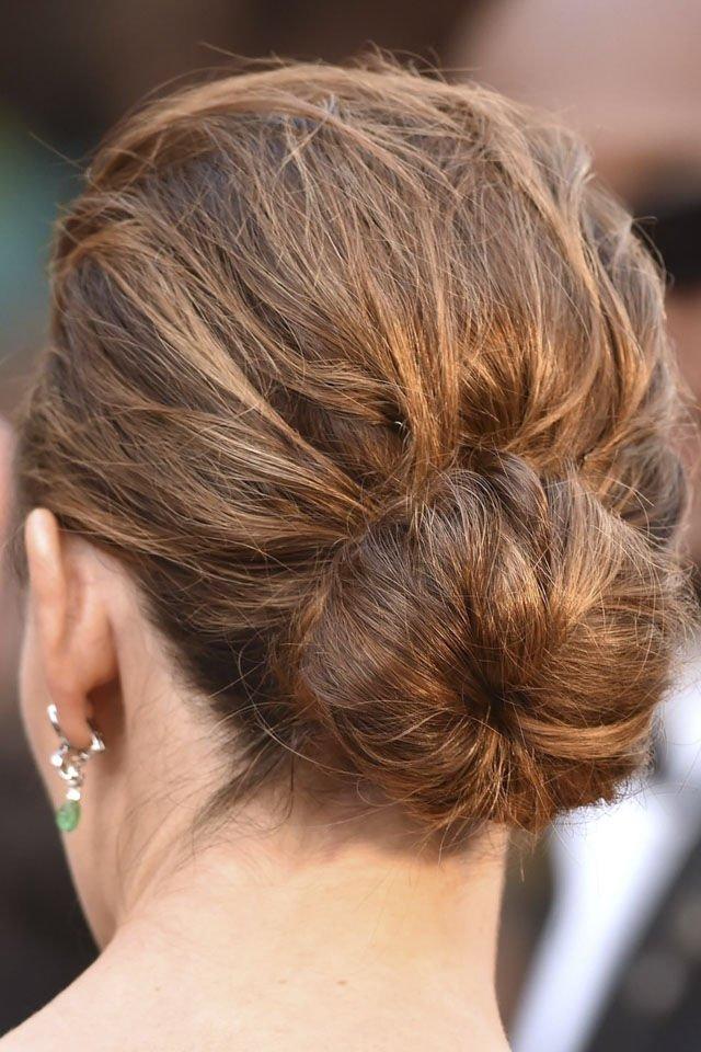 質感髮髻 要令髮髺造型更年輕,重點要著重質感,不妨於造型前先噴上鹽水,令髮絲更具質感,更易造型。