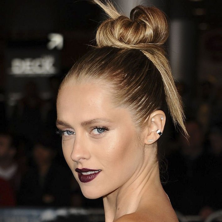 時尚高髻 嫌普通髮髻太悶,不妨扎個高髺,再隨意抽出髮絲點綴。