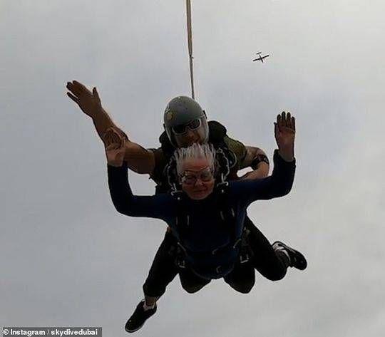 82岁奶奶迪拜跳伞圆梦