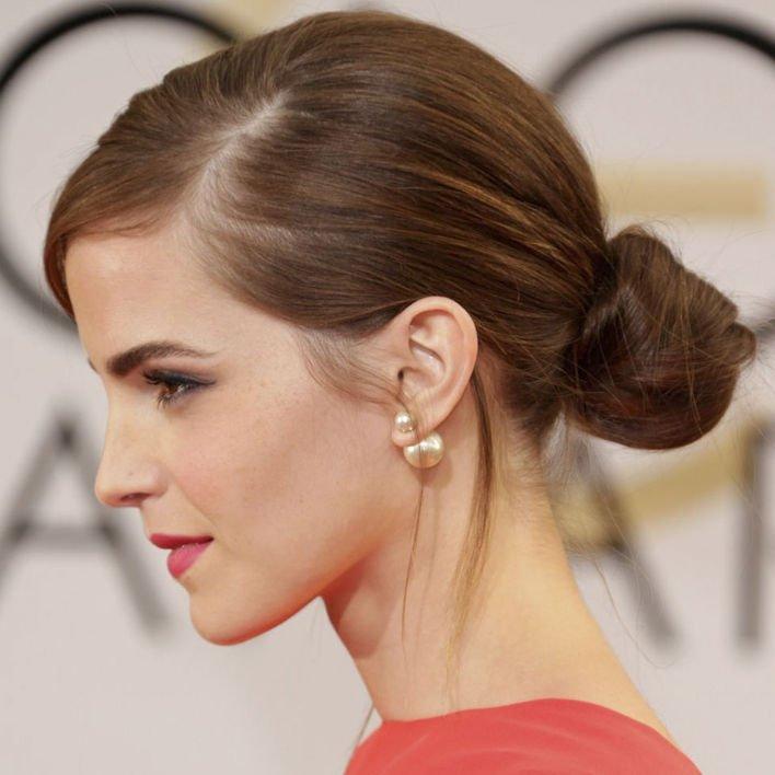 簡約高貴 簡約的一個髮髻側放,簡單而高貴,配上得體的耳環,要成為派對中亮點都不是難事,Emma Waston 都是這樣做。