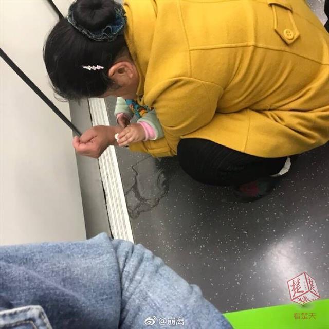 家长抱着女童在地铁车厢内撒尿 还弄脏了他人行李_V5微信编辑器