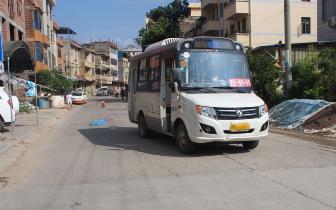 痛心!3岁男孩独自横过公路 与公交车相撞身亡