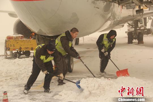"""乌鲁木齐迎""""沙尘雪""""机场滞留旅客达4000余人"""