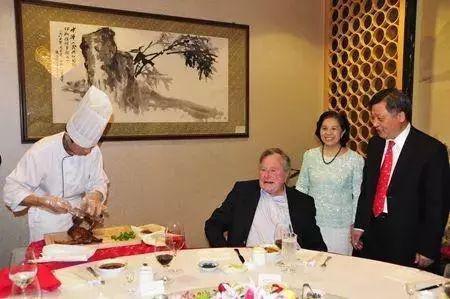 老布什一生访华20多次 前总理李鹏曾送他自行车