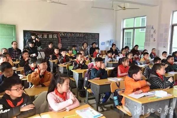 湖北一小学三年级才开数学课 家长炸锅了!