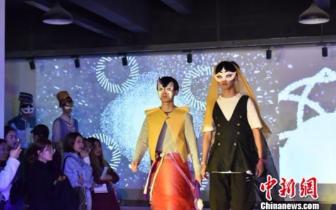 """大学生原创165套中国风服装 上演本土""""维密秀"""""""