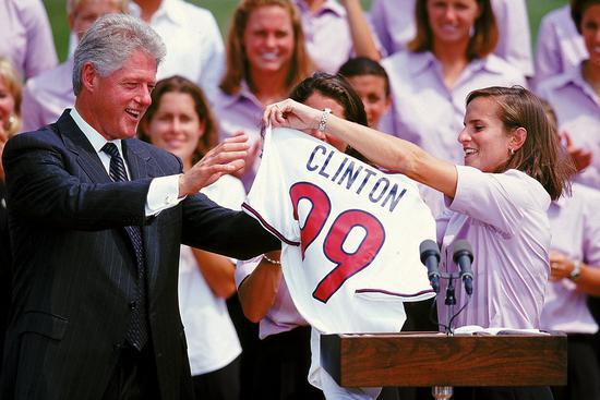 克林顿在白宫接见夺冠的美国女足