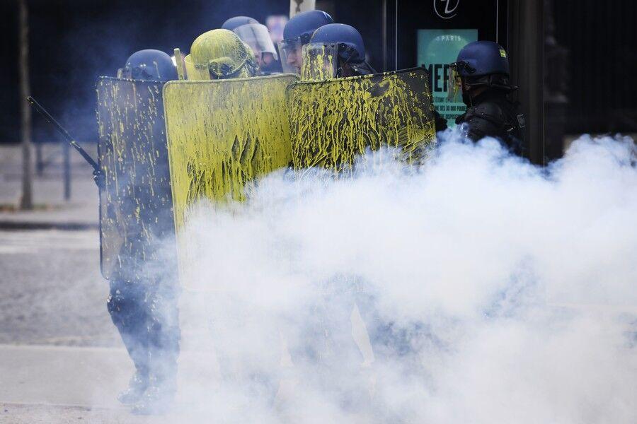 """冲突升级 众多""""黄背心""""抗议活动的示威者与警方发生冲突"""