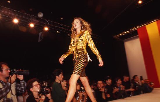 1995年10月31日,美国纽约。凯特·摩丝参加某时装秀/视觉中国
