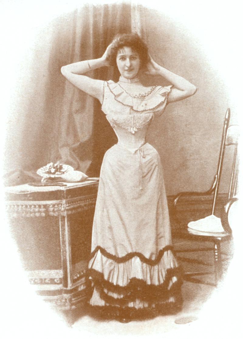 1898年,一位身着束身衣的女性/Wikipedia