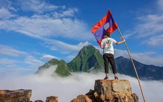 琅勃拉邦NongKhiaw山顶看雾海