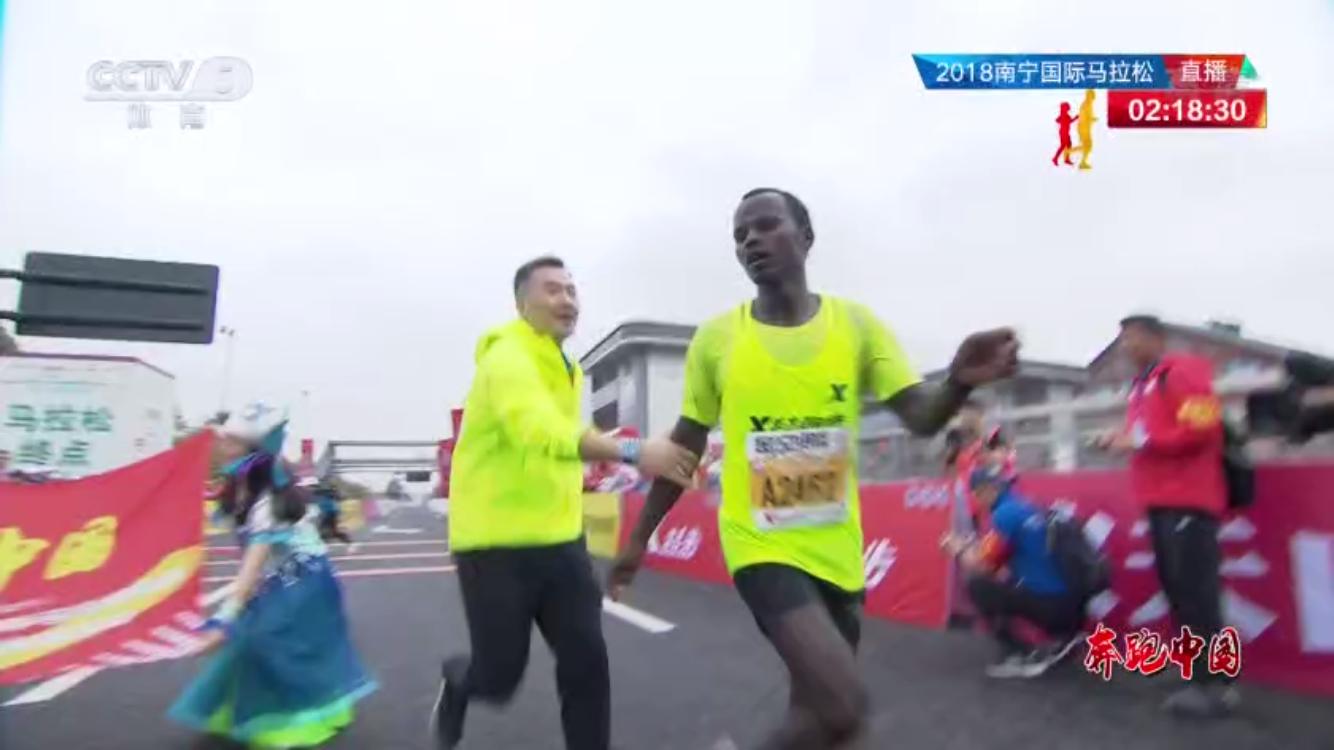 马拉松选手撞线后被拽停详情简介