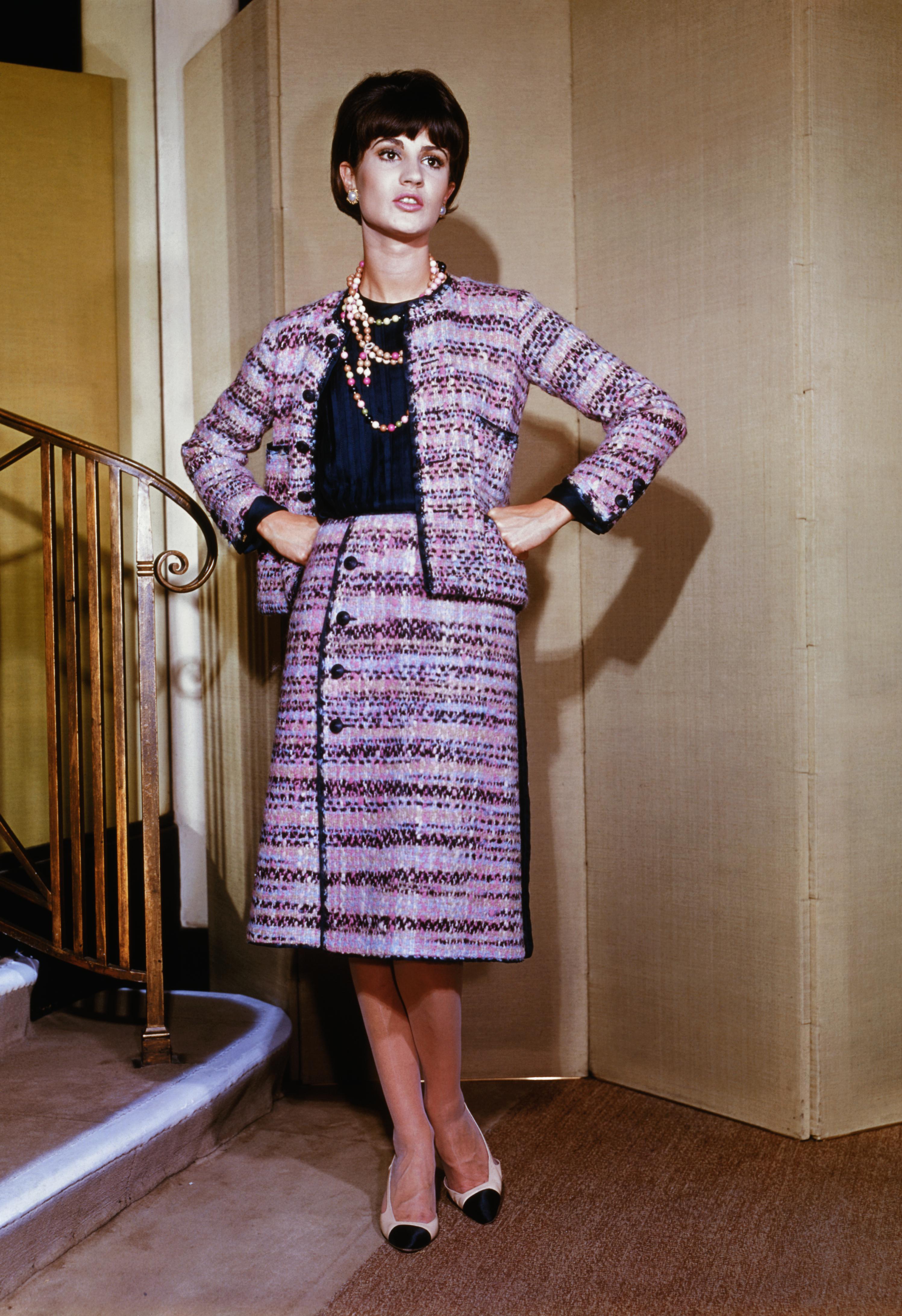 1963年秋,法国巴黎。一名女模特身着香奈儿设计的秋季新款套装/视觉中国
