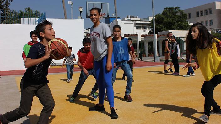 叙利亚难民儿童在打篮球