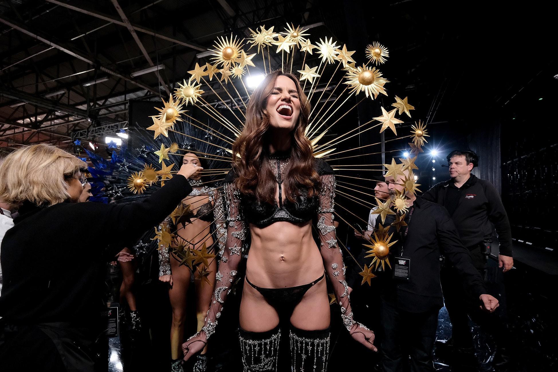 2018年11月8日,美国纽约,维密内衣秀。芭芭拉·菲亚略(Barbara Fialho)在后台准备服装,腹部轮廓清晰可见/视觉中国