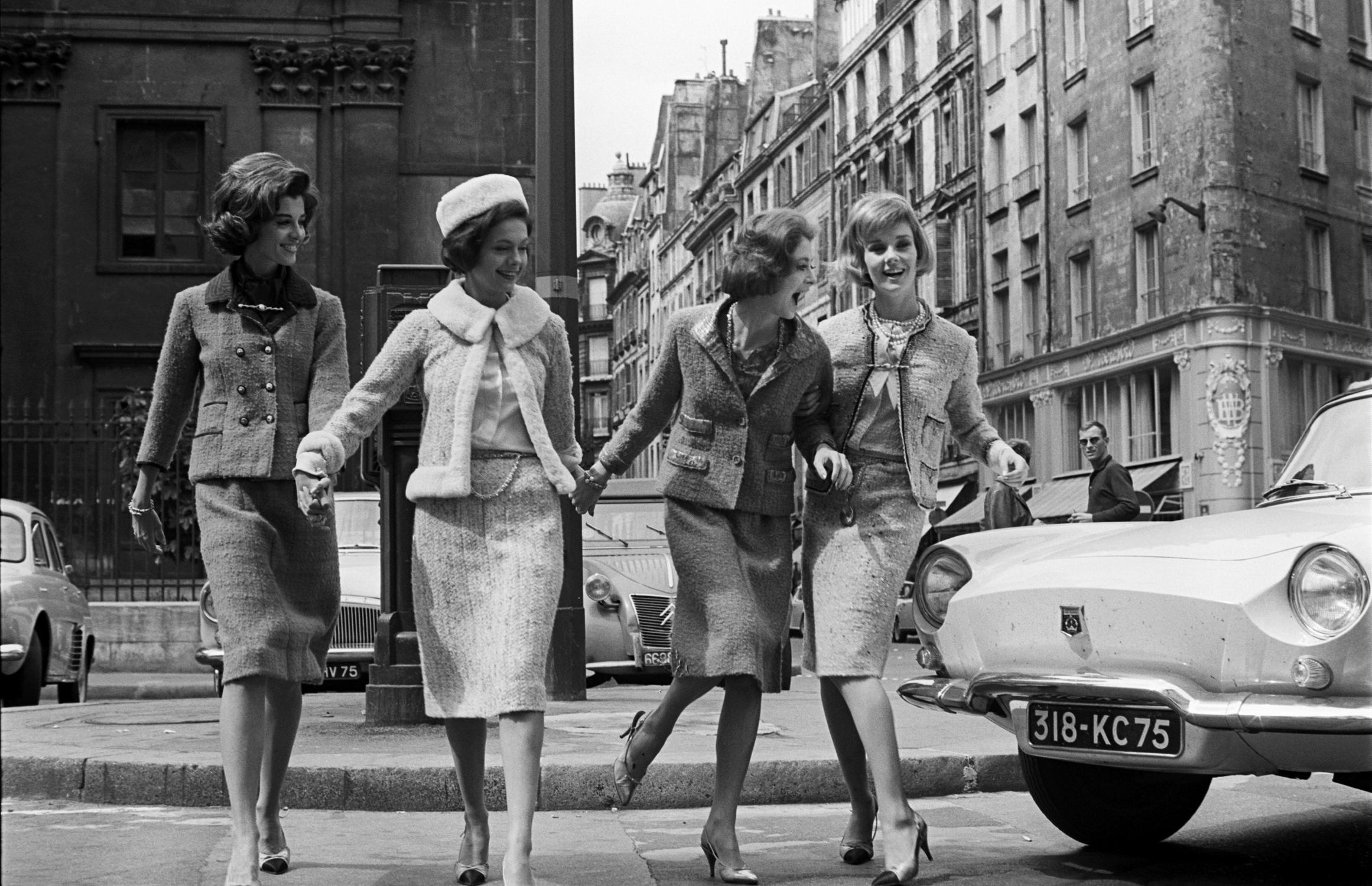 四名时尚女郎穿着由可可·香奈儿(CoCo Chanel)设计的斜纹软呢套装/视觉中国
