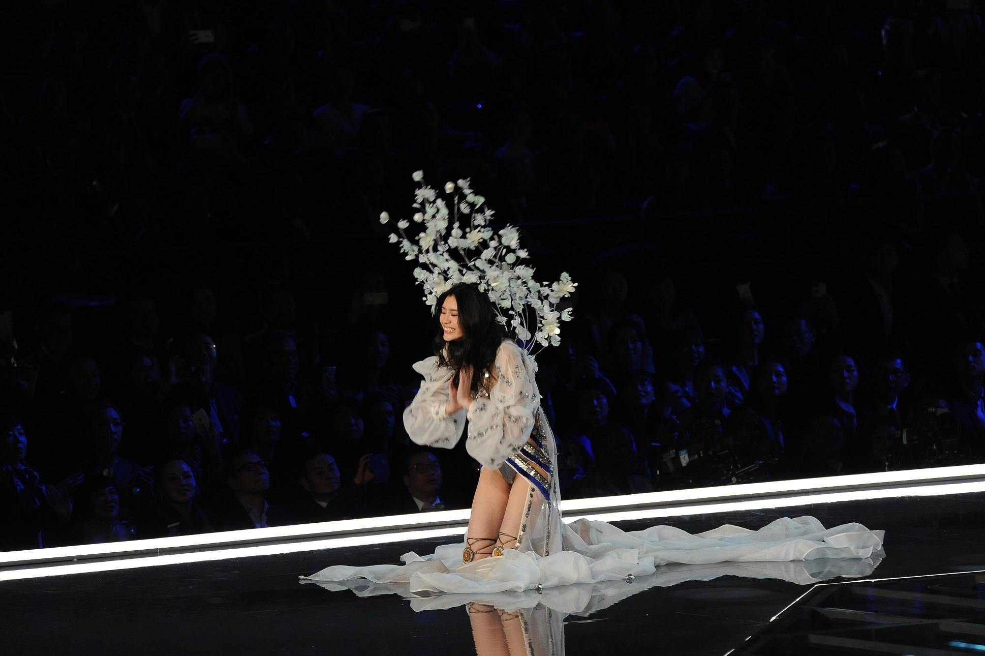 2017年11月20日,上海,维秘内衣秀。摔倒在地的奚梦瑶,让许多人第一次认识了她/视觉中国