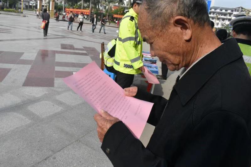 """巴马交警圆满完成18年""""全国交通安全日""""宣传工作"""