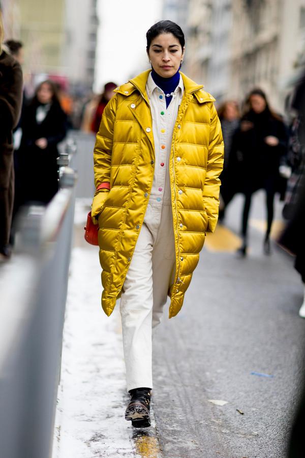 《Tank》杂志时尚总监卡洛琳·伊莎 (Caroline Issa) 2018秋冬巴黎时装周秀场外街拍