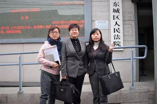?王骁和律师在法院门前