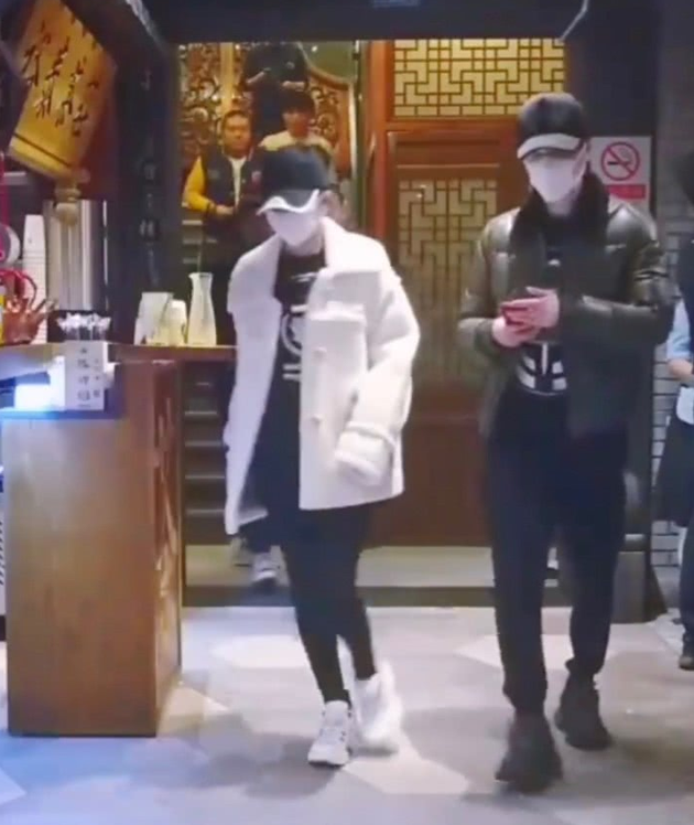 冯绍峰赵丽颖吃饭再被偶遇 早前被拍在逛母婴店