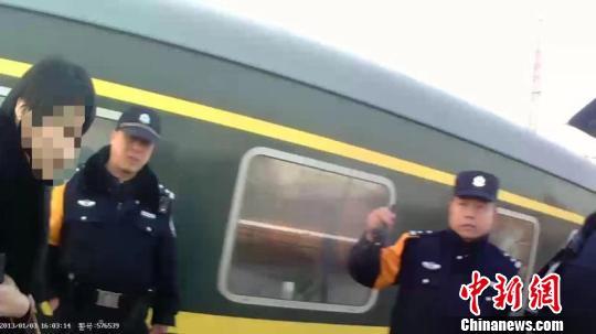 列车霸座女叫嚣谁先坐就是谁的 被铁警拘留