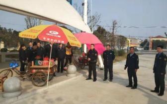 潜江市城管局取缔占道经营 整治草莓市场