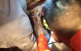 福州2岁女童脚卡缝隙 民警消防合力救她脱险