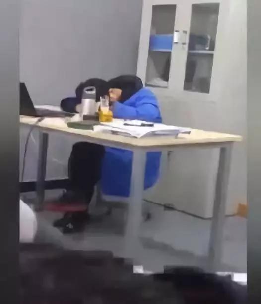 陕西一职校老师被曝醉酒上课还睡觉 校方:已解聘