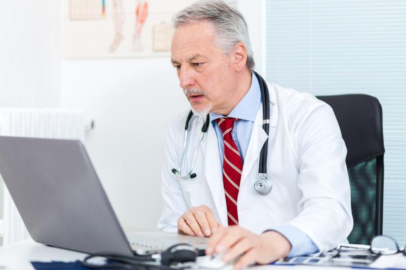 原来在眼里, 电脑成了和病人之间的