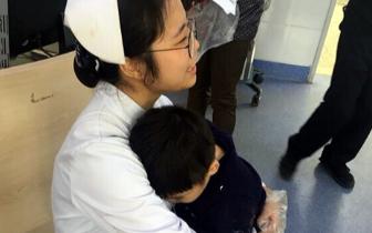 长乐小男孩车祸受伤 护士一路抱着他获网友称赞