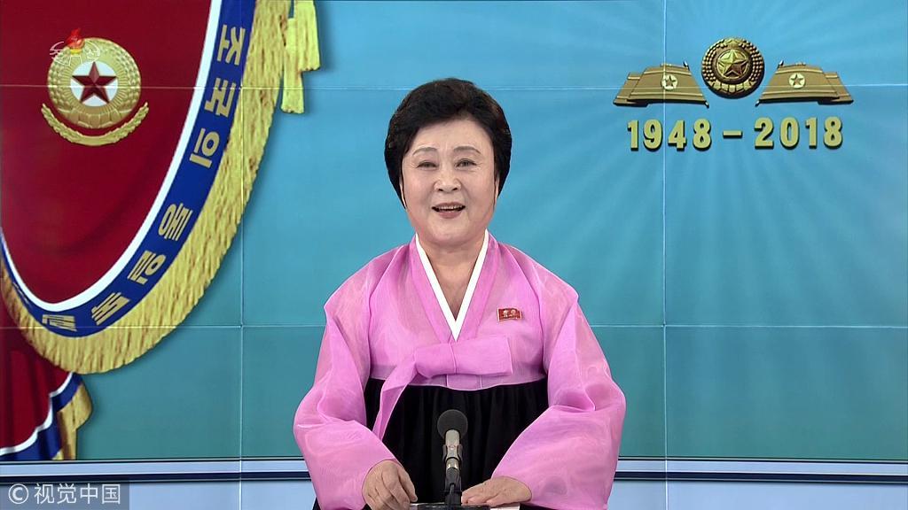 """2018年2月8日,朝鲜中央电视台播音员李春姬播报""""建军节""""阅兵的消息。图/视觉中国"""