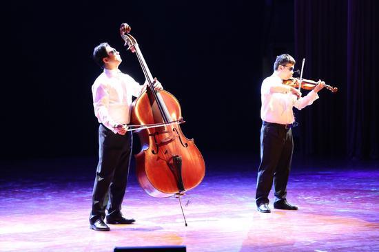弦乐二重奏《查尔达什》小提琴:张哲源(盲人) 低音提琴:蒋 灿(盲人)