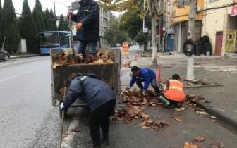 寒风瑟瑟,环卫工加大清扫次数 确保道路干净整洁