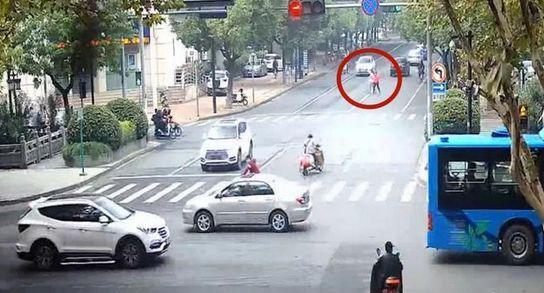杭州一对母女不走斑马线横穿马路 当街殴打女司机