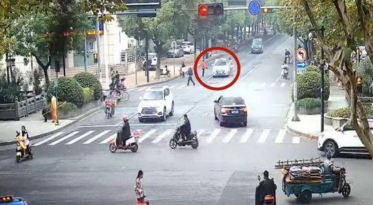 李某某和母亲不走斑马线违规横穿马路