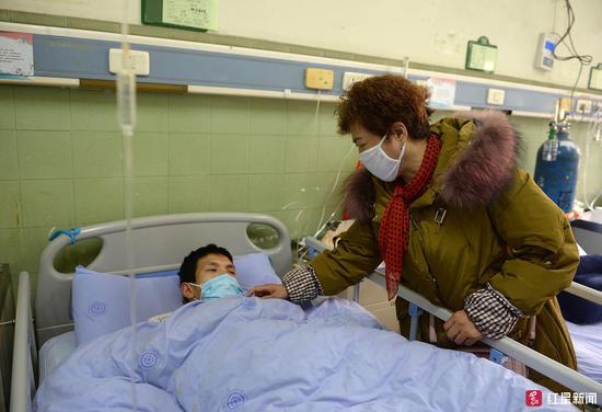 ▲曹玉良卧病在床,王书兰在身边守护