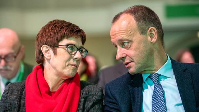 当地时间2018年12月1日德国莱比锡,两位基民盟党魁候选人默尔兹(右)与克拉普-卡伦鲍尔共同出席了基民盟州党代会。