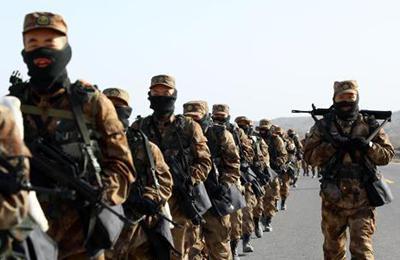 新疆军区某训练基地组织新兵拉练