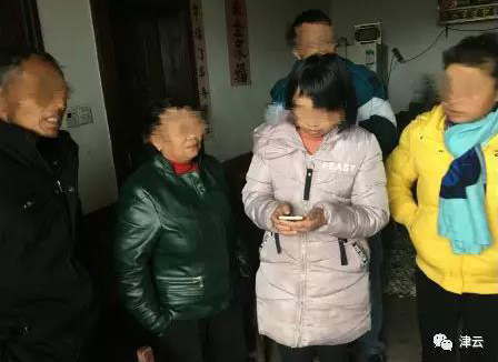 12岁弑母男孩指认现场 村民:他还在笑 一点不害怕